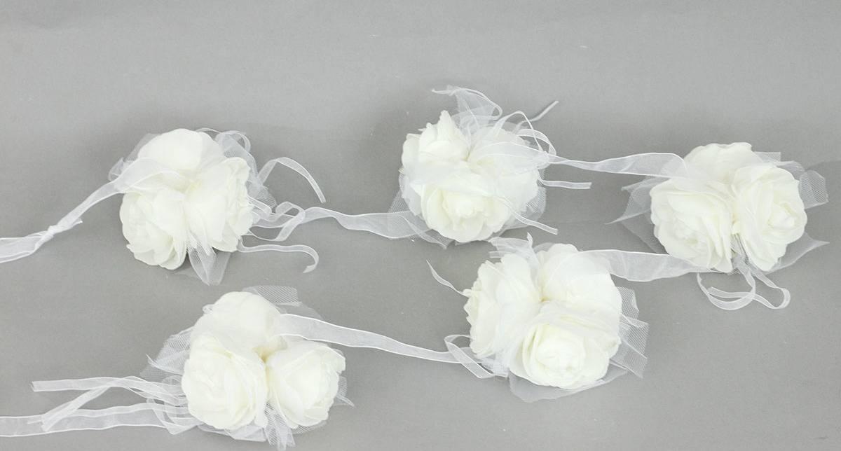 Girlanda z 5svazků růžiček po 3 květech  na stuze , barva bílá , umělá dekorace PRZ2919 Art